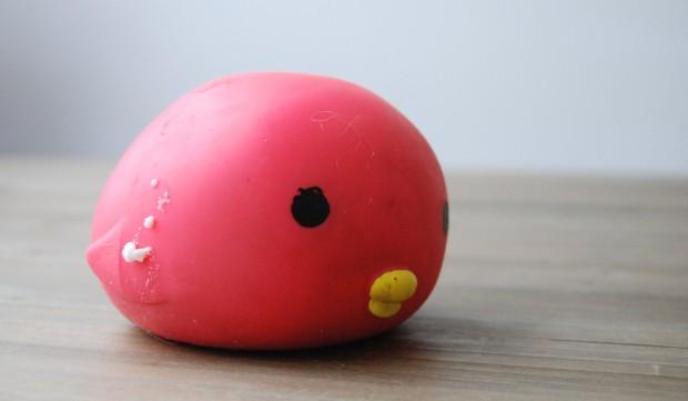Geschenke des Grauens. Ein schwabbeliger Plastikball, aus dem nach 10 Tagen die Füllung quillt.